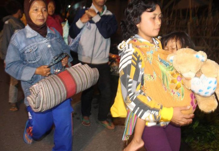 Habitantes de la Isla de Java tuvieron que ser desalojados de la cercanías del volcán Kelud que ayer hizo erupción. Unas 200,000 personas salieron de sus hogares. (Agencias)