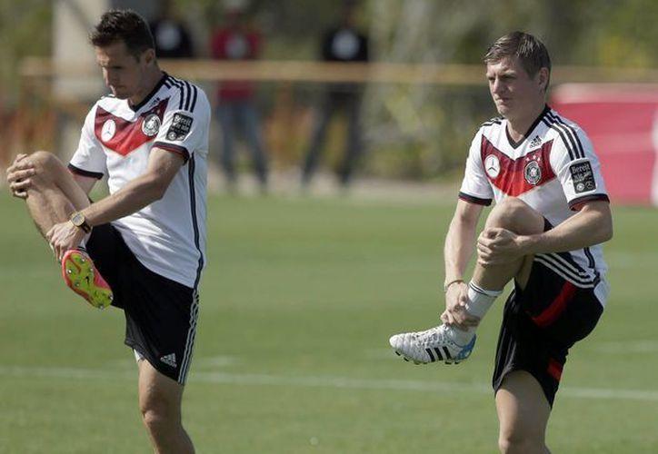 Miroslav Klose (i), segundo máximo goleador en la historia de Mundiales, entrena junto con Toni Kroos. (Foto: AP)