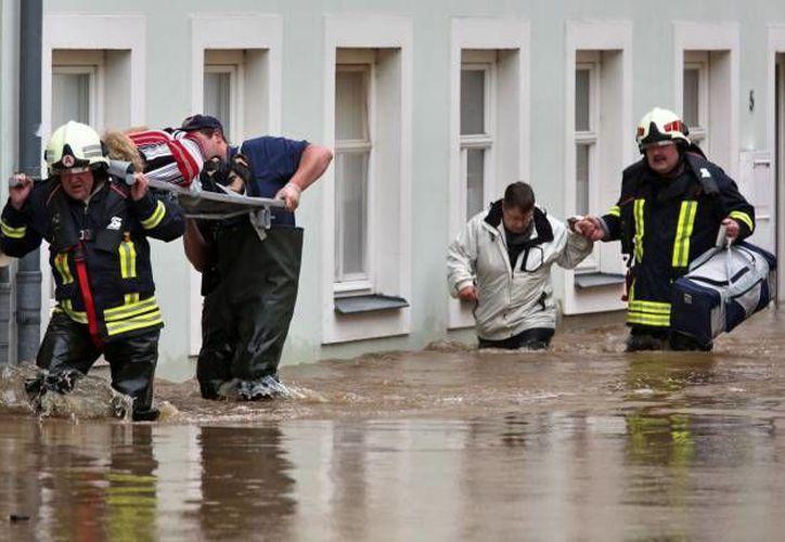 Residentes de Grimma, Alemania, son desalojados por rescatistas. (Agencias/Foto de Archivo)