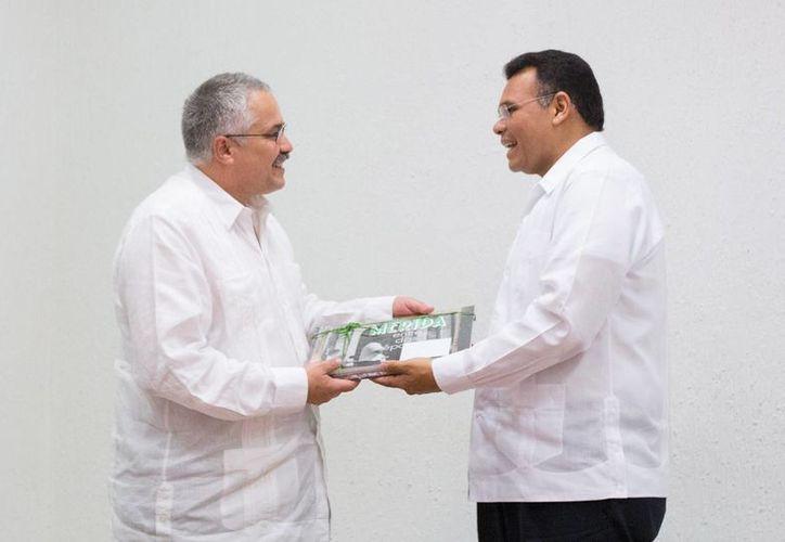 El gobernador de Yucatán, Rolando Zapata Bello, con el embajador de Cuba en México, Dagoberto Rodríguez Barrera. (SIPSE)