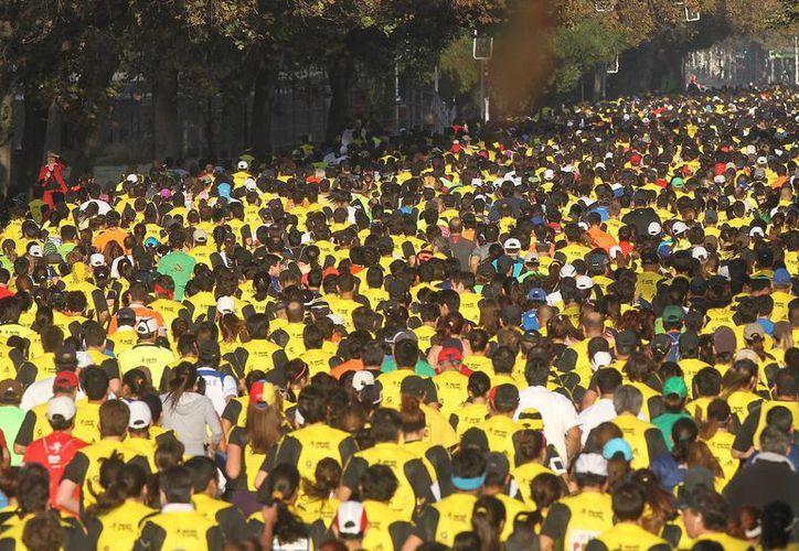 Miles de personas participan en el inicio del VII Maratón de Santiago de Chile en la principal avenida de la capital chilena. (EFE)
