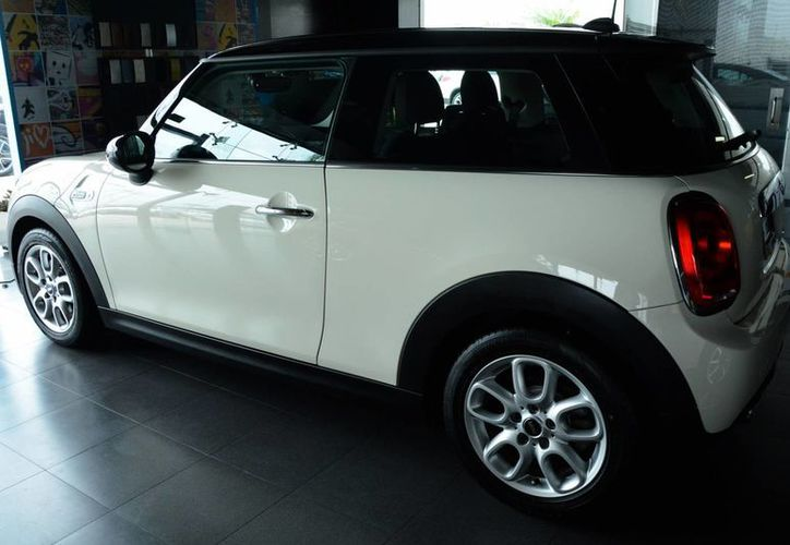 Un vehículo de lujo cuesta más de 300 mil pesos. (Victoria González/SIPSE)