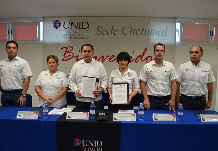 Autoridades en la foto de recuerdo de la firma del convenio. (Redacción/SIPSE)
