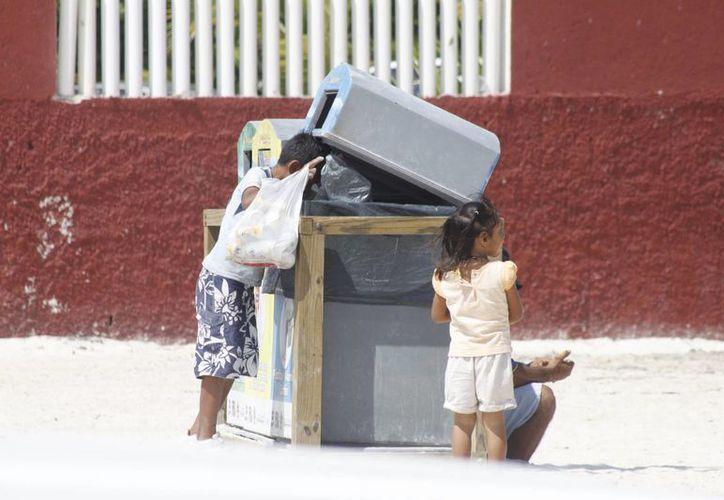 Los menores son inducidos por sus padres a trabajar, y son utilizados como imagen sentimental. (Sergio Orozco/SIPSE)