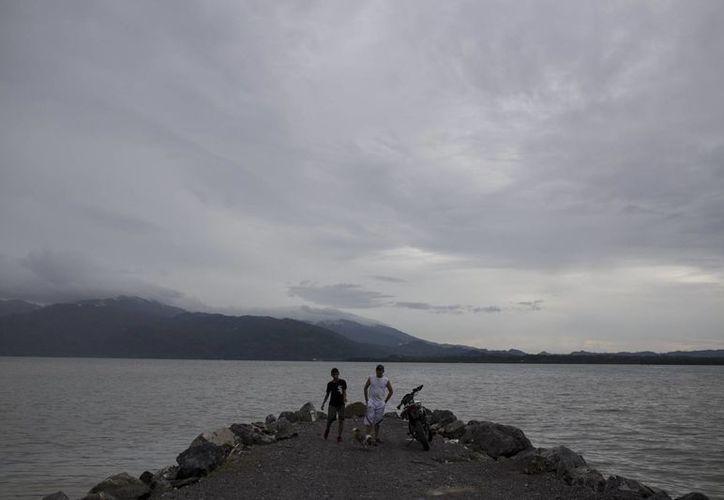 Imagen de la costa de la bahía de Amatique, antes de la llegada de Earl, en Puerto Barrios, Guatemala. El fenómeno metereológico provoca en Guatemala y el sur de México lluvias torrenciales. (Foto AP / Luis Soto)