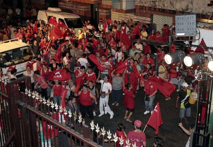 Simpatizantes del Partido Colorado celebran su victoria. (EFE)