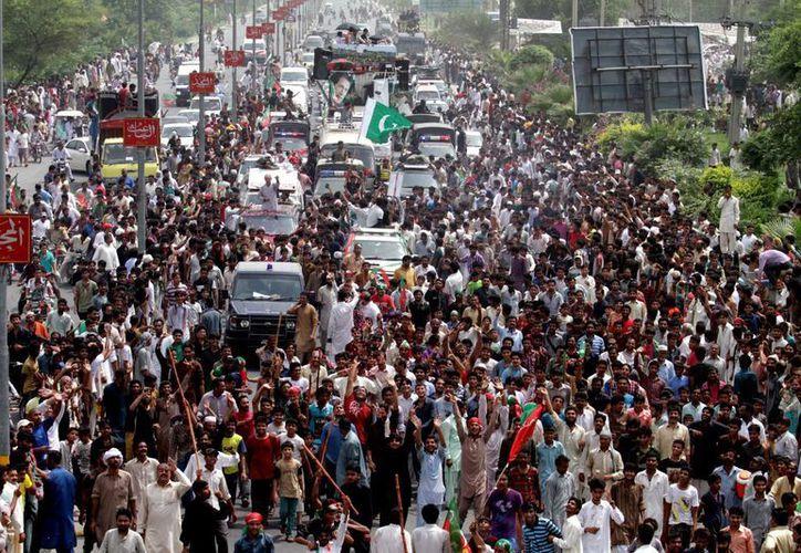 Partidarios del jugador paquistaní de cricket convertido en político Imran Jan marchan hacia Islamabad. (Agencias)