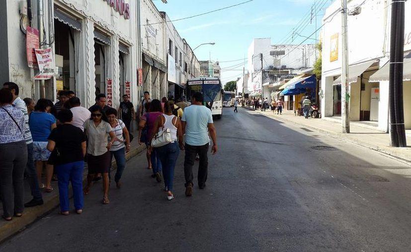 Las calles del centro de Mérida lucieron libres de tráfico este lunes, ante el paro laboral de nueve horas con el que taxistas protestaron contra el servicio de Uber. (Imágenes/ Milenio Novedades)