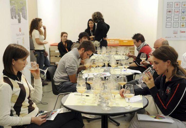 Visitantes hacen una cata de cerveza en Turín, Italia. (EFE/Foto de contexto)
