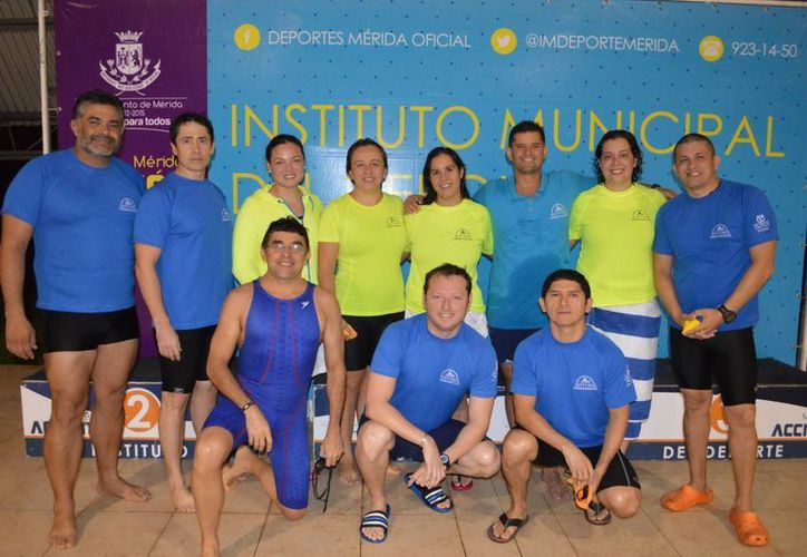 Integrantes del equipo de Acuática Antares que ganó en las categorías 31-40 y 41-50 años en el I torneo de fondo de natación. (Milenio Novedades)