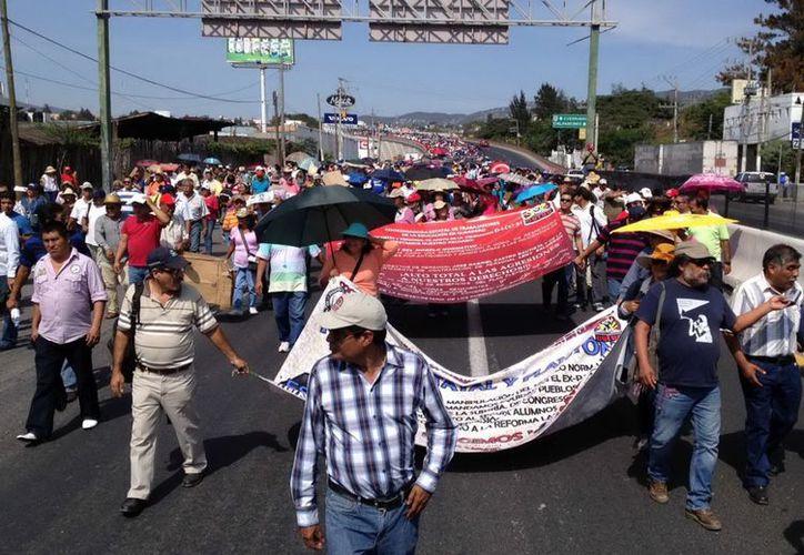 Maestros en Guerrero, iniciaron un bloqueo para demandar cumplimiento de varios acuerdos por el gobierno. (Archivo Notimex)