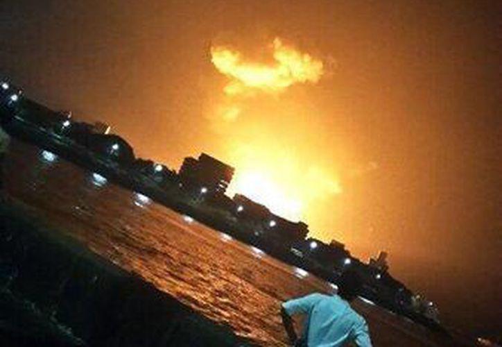 El navío se hundió en el puerto de Mumbai. (Twitter.com/@shahvikalp)