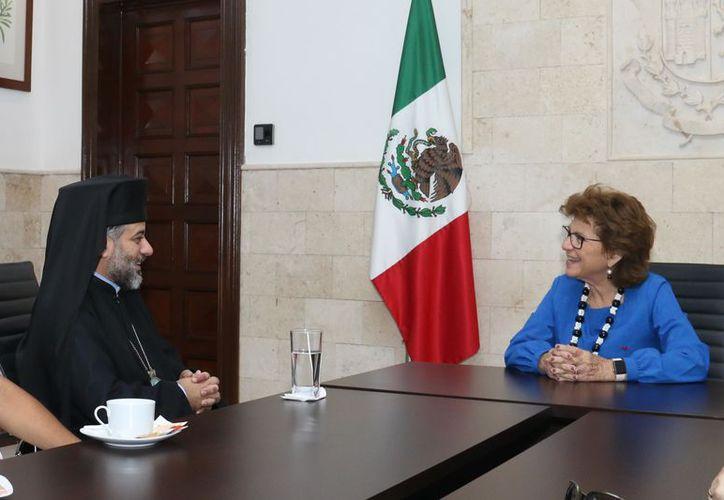 La reunión se realizó en la sala de juntas de Palacio Municipal y asistieron tambien integrantes de la Iglesia Ortodoxa y la presidenta municipal. (Milenio Novedades)