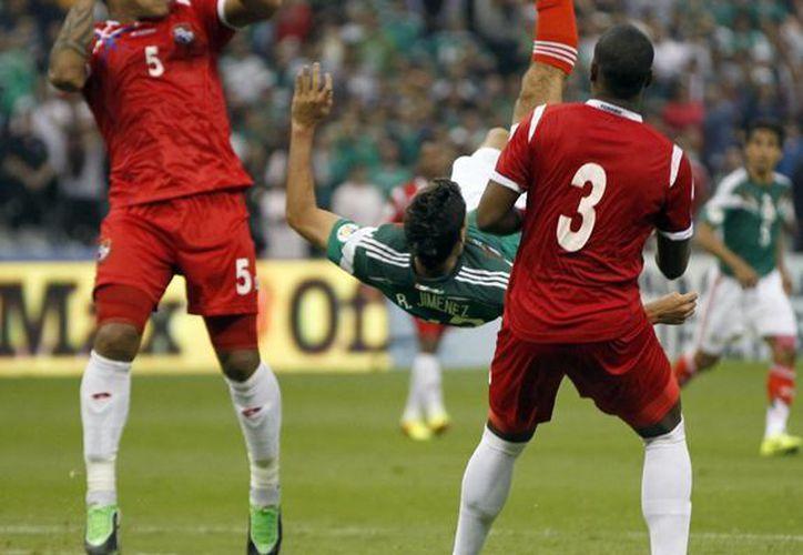 Jiménez recibió la pelota y al mismo tiempo se la acomodó en el aire para después conectar y hacer un golazo. (Agencias)