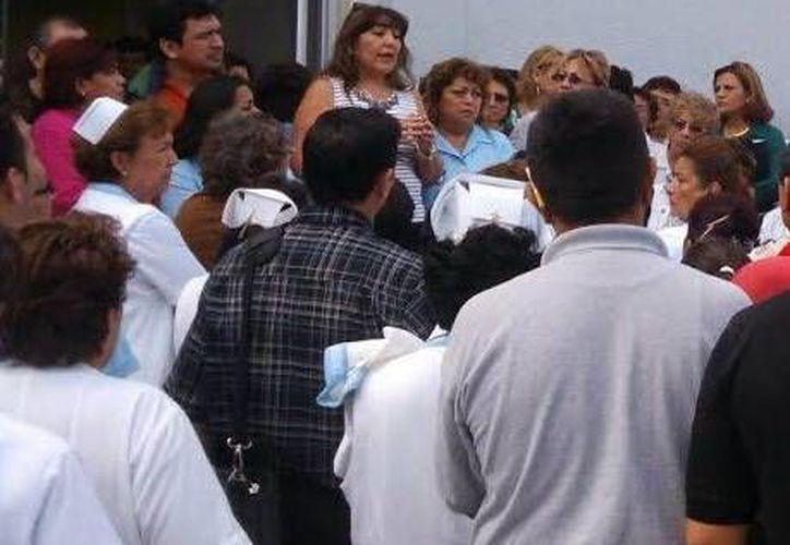 Todavía no se resuelve el plantón en el Hospital Regional 'Elvia Carrillo Puerto', del ISSSTE. (Milenio Novedades)