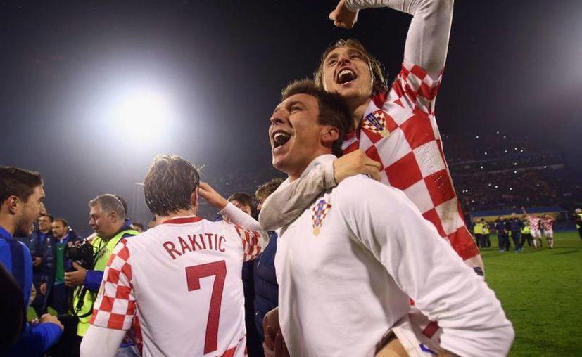 Mandzukic y Modric (a cuestas) son dos de las mayores figuras de Croacia de cara al Mundial de Brasil. (mirror.co.uk)