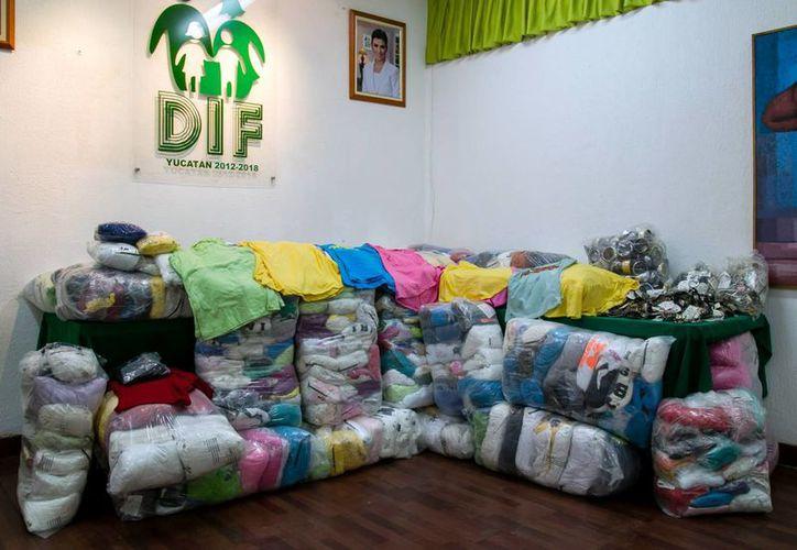 El DIF Yucatán recibió de la empresa Coprotex prendas de vestir con valor de 200 mil pesos, como donación, para apoyar a la gente de escasos recursos. (Cortesía)
