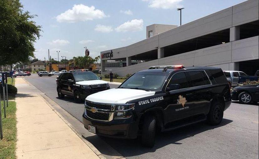 Autoridades llegaron a La Plaza Mall, de McAllen, donde se registró un tiroteo. Foto: @SydneyKGBT)