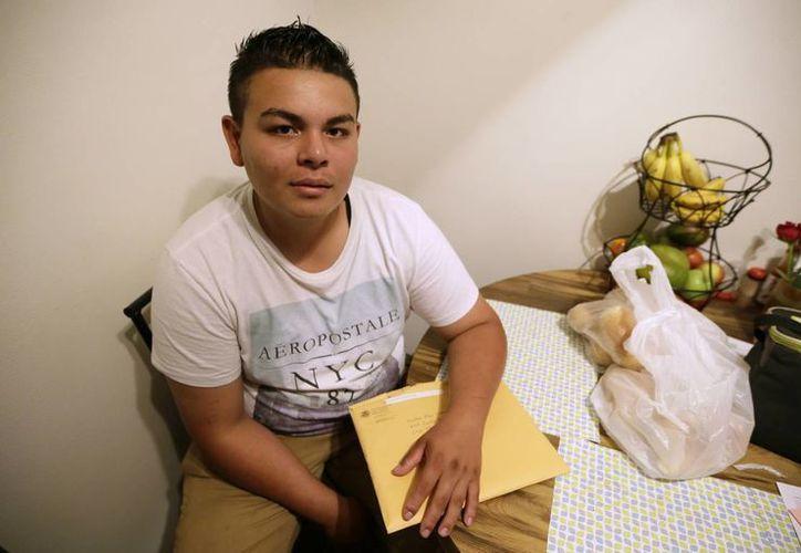 Jonathan López, un salvadoreño de 18 años, sostiene un sobre con documentos relacionados con su solicitud de asilo en Clive, Iowa. (Agencias)