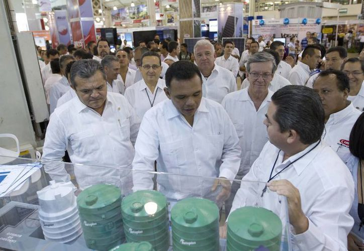 El gobernador Rolando Zapata Bello durante un recorrido por la Expo Construcción Yucatán 2015, que se inauguró ayer en Mérida. (Notimex)