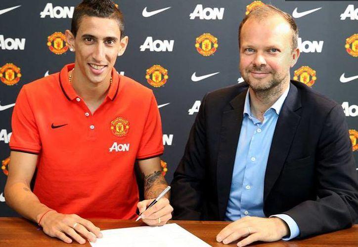 En su misiva de despedida, Di María (i) indicó: 'Ojalá pueda hacer historia' con el Manchester United 'uno de los clubes más grandes del mundo'. (Facebook/Manchester United)
