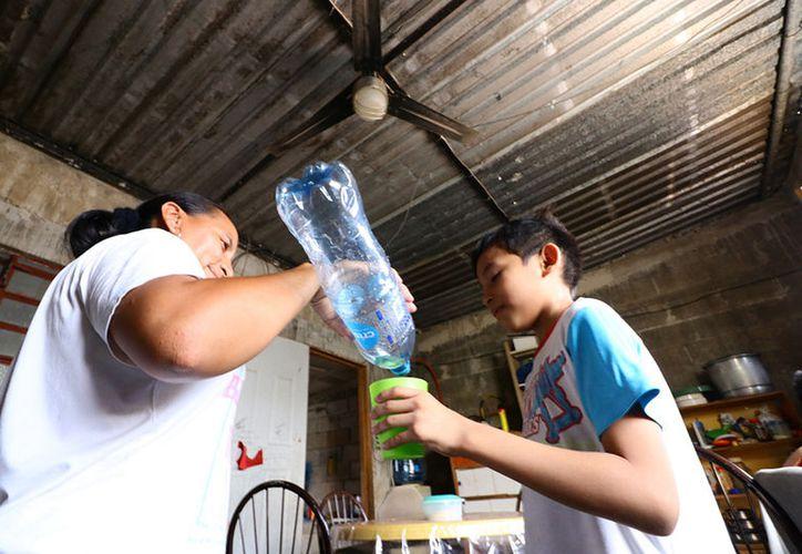 Varias familias de Los Tamarindos I y II se ven obligadas a dormir afuera de sus casas debido a que el humo aumenta el calor en el interior de las viviendas. (Fotos: Jorge Acosta/Milenio Novedades)