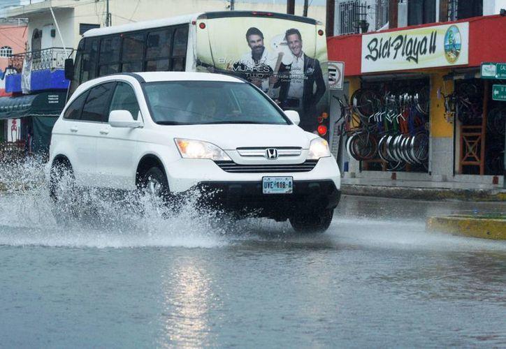 El meteorólogo local advierte que la Riviera Maya tendrá un  fin de semana  lluvioso.  (Octavio Martínez/SIPSE