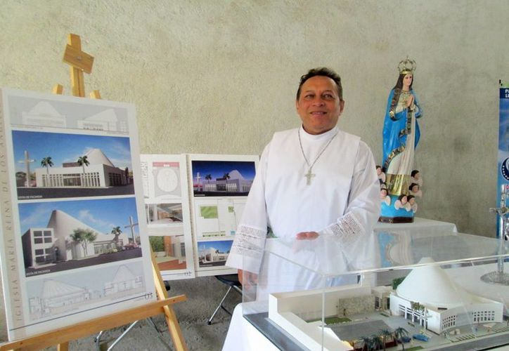 Imagen del padre Miguel Medina Oramas junto con la maqueta de la Parroquia María Reina de los Ángeles. Anuncia el III Encuentro Mariano 'María es vida'. (Cecilia Ricárdez/SIPSE)