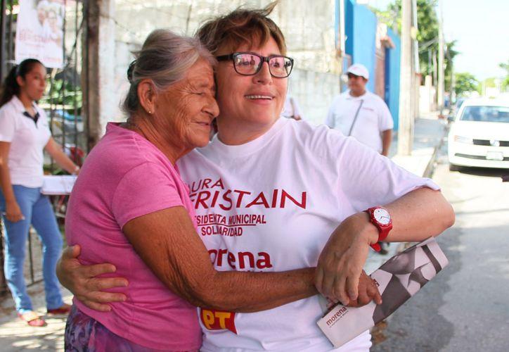 En su caminata de este día, en donde saludó a los residentes, quienes conocen su labor social y altruista. (Foto: Redacción)