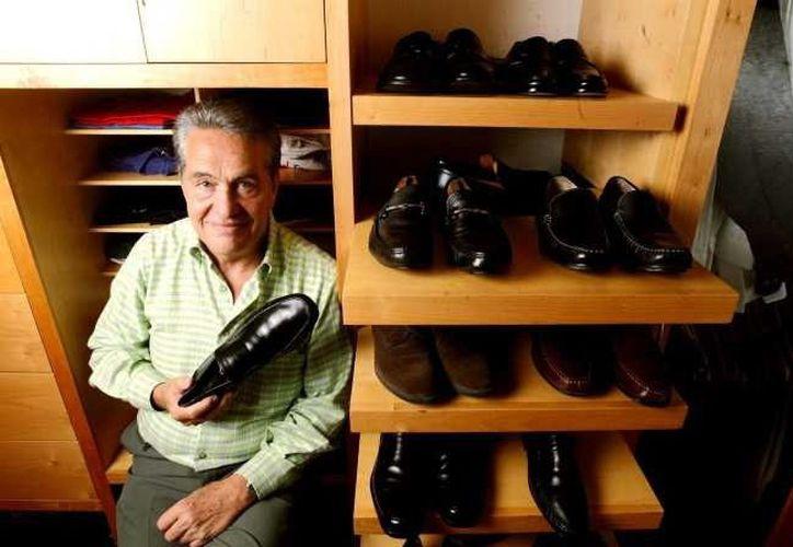 En promedio Carlos González Lozano tiene de 12 a 14 pares de zapatos en su clóset. (Agencia Reforma)