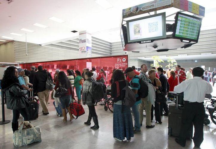 Se recomienda a quienes viajan en aviones comerciales llegar con antelación al aeropuerto y buscar al representante de la aerolínea para conocer el status del vuelo. (Notimex/Foto de archivo)