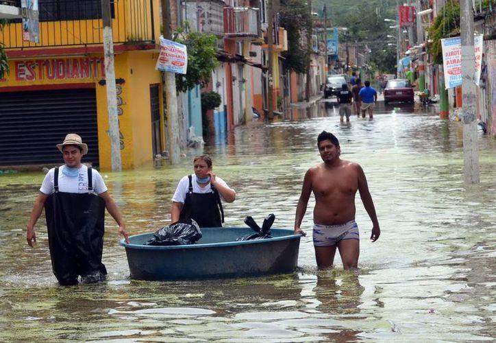 El futbol mexicano se solidariza con los damnificados por los huracanes. La imagen es de Tixtla, Guerrero. (Notimex)