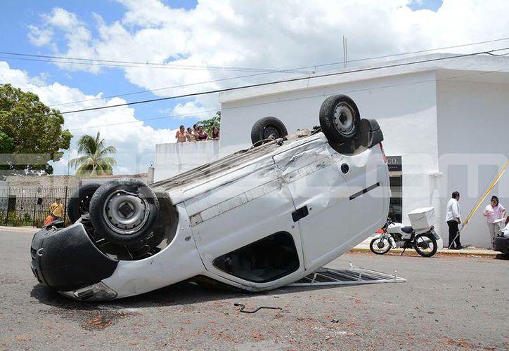 El conductor de la camioneta terminó con fuertes golpes. (Victoria González/SIPSE)