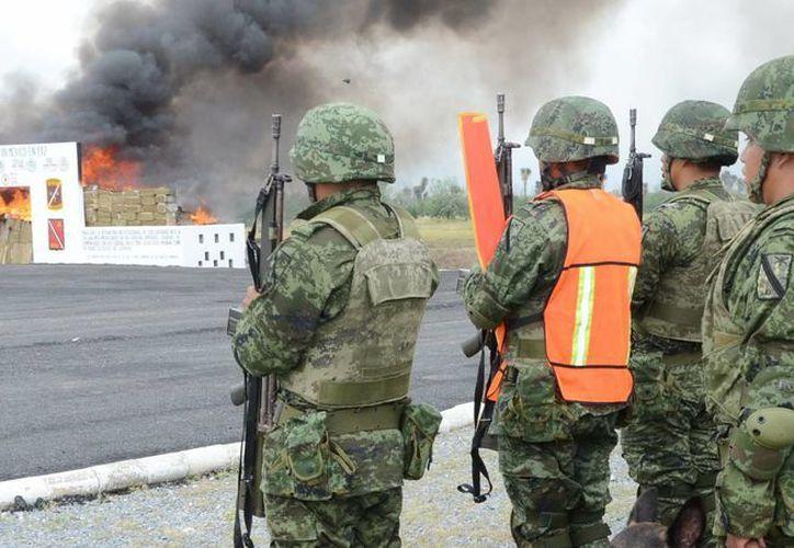 El informe de la Sedena incluye el aseguramiento de drogas. En la imagen, quema de estupefacientes en una instalación militar. (Archivo/Notimex)