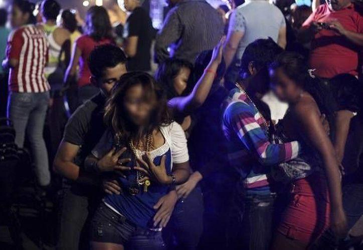 Los juegos sexuales practicados por los jóvenes se realizan  en fiestas masivas, en los llamados raves o perreos. (ciudadanosenred.com.mx)