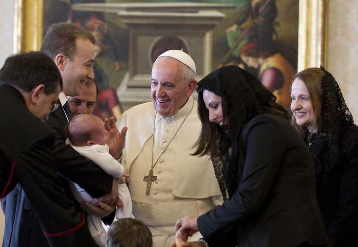 El Papa Francisco nombró ayer a dos nuevos obispos en México. Ambos serán auxiliares en la Arquidiócesis de Monterrey. En la imagen, el Pontífice aparece con el presidente de Malta, George Abela, en audiencia privada con la familia del mantario. (Agencias)