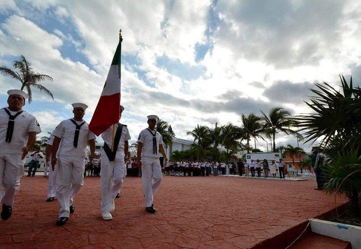 Durante la ceremonia se realizaron los honores a la bandera. (Redacción/SIPSE)