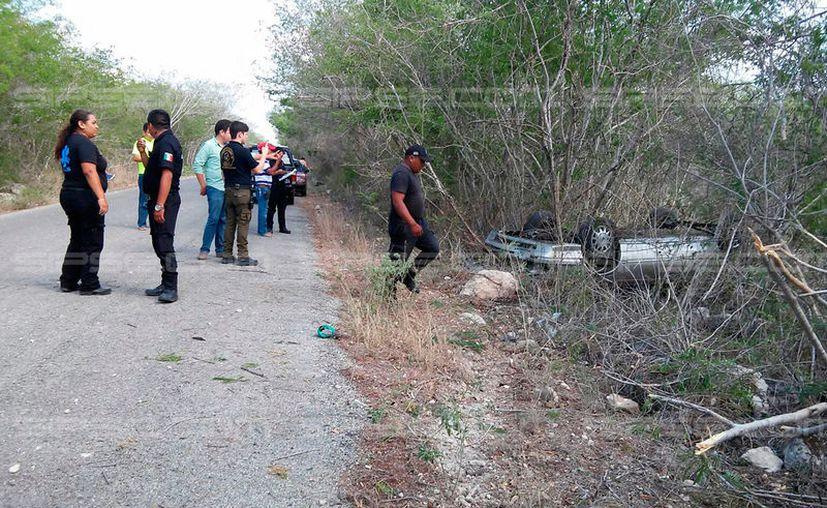 Una mujer y su hija se salvaron de morir, luego de que el vehículo en el que viajaban se saliera y se volcara en la carretera Motul-Kopté. (Jorge Mukul/SIPSE)