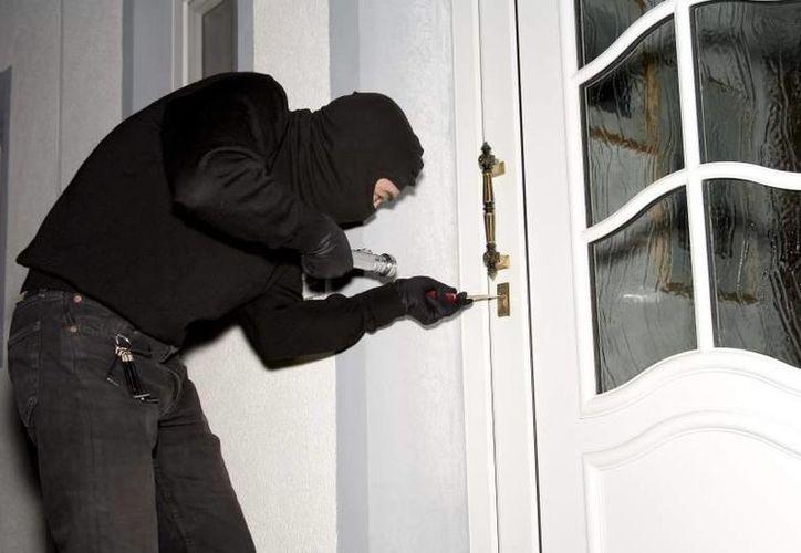 Para evitar ser detenido por el robo, el hombre dejó los videos debajo de un coche y llamó a la comisaría. (Foto de contexto/20minutos.es)