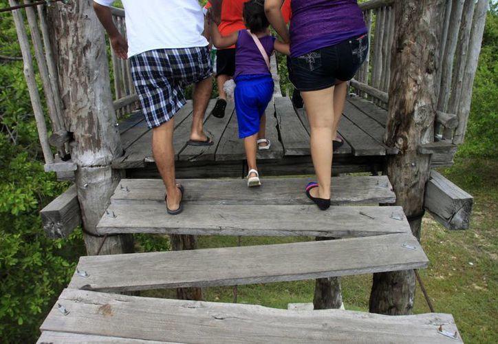 El paso del puente colgante carece de algunas tablas, lo que lo hace más peligroso. (Harold Alcocer/SIPSE)