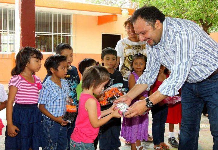 El diputado Francisco Torres Rivas visitó ayer varias escuelas de Mérida. (SIPSE)