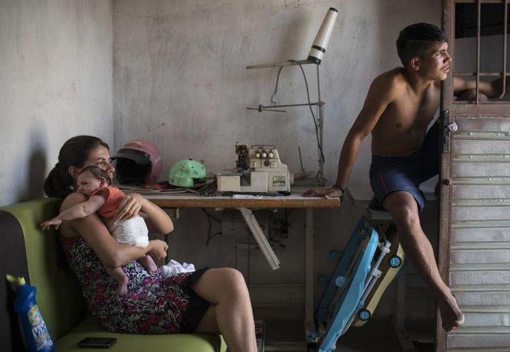 Angélica Pereira sostiene a su hija Luisa, que nació con microcefalia a causa del virus Zika. (Felipe Dana/AP)
