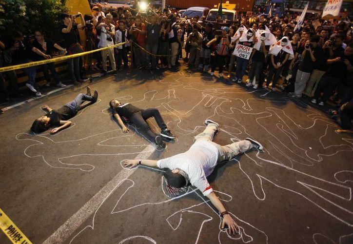 Activistas en Filipinas protestan por una masacre en la que perecieron 32 periodistas. (Archivo/AP)