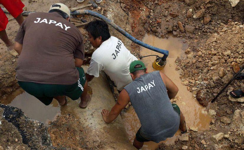 Trabajadores de la Japay reparan una tubería de agua en el cruce de las calle 60 con av. Colón. Según la dependencia, la fuga tenía 20 años. (Facebook/Japay)