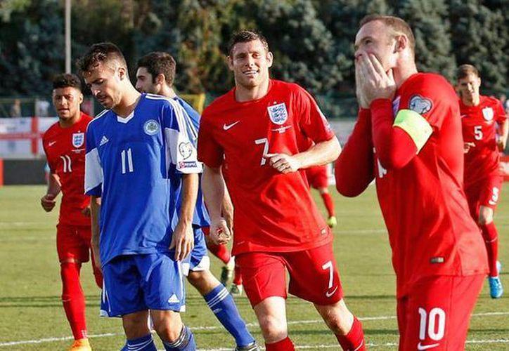 Wayne Rooney celebra el gol que lo pone al nivel de Sir Bobby Charlton. Inglaterra no solo fue la primera selección en clasificar a la Euro 2016 sino que cuenta entre sus filas con su máximo goleador de todos los tiempos. (latercera.com)