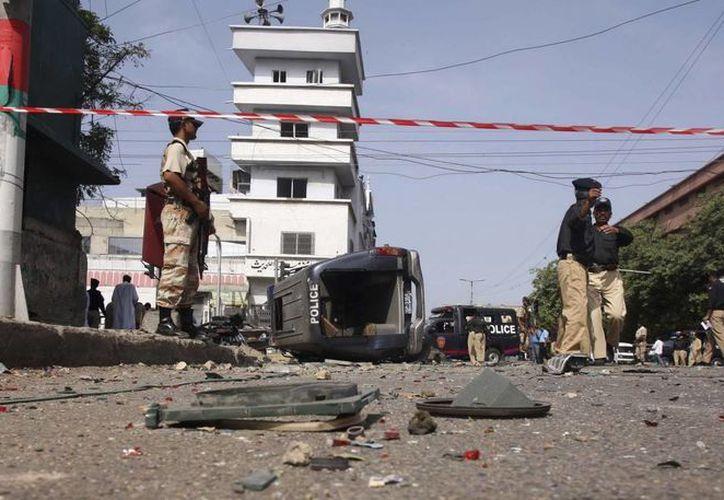 Agentes de la policía inspeccionan el lugar donde se ha producido una explosión en Pakistán. (Archivo/EFE)