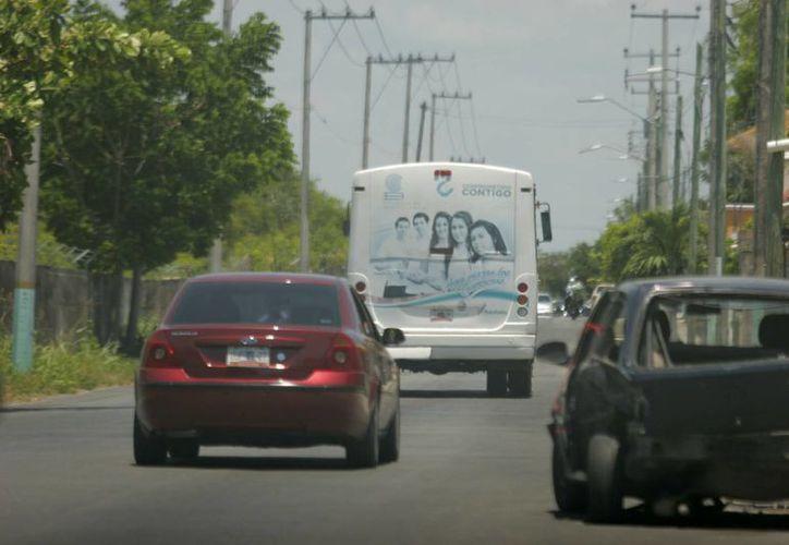Algunos automovilistas se pasan por alto el límite de velocidad de 40 kilómetros por hora. (Harold Alcocer/SIPSE)