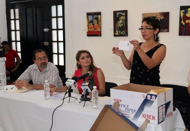 El jurado durante la revelación de los trabajos ganadores dentro del Premio Nacional de Cuento Beatriz Espejo 2013. (Milenio Novedades)