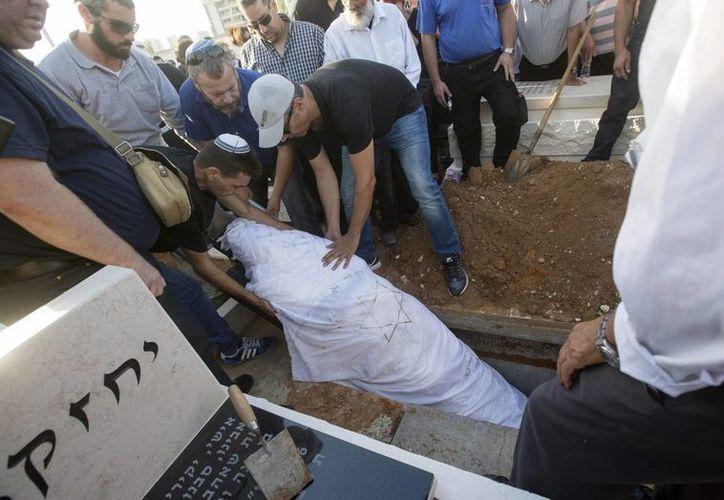 Familiares y amigos asisten al funeral de una de las víctimas del ataque a un centro comercial de Tel Aviv en la ciudad israelí de Yavne. (EFE)