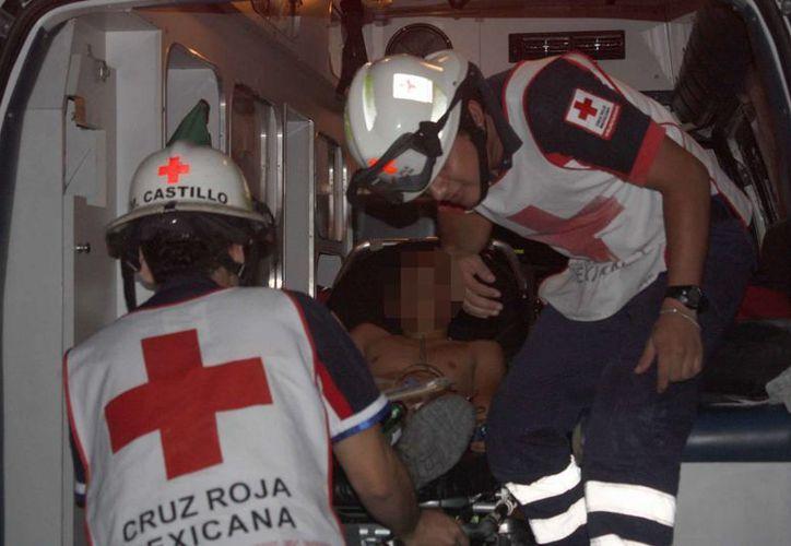 Los paramédicos de la Cruz Roja trasladaron al joven al hospital del IMSS, ubicado en la avenida Cobá. (Redacción/SIPSE)